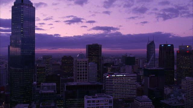 wide angle of melbourne skyline, including rialto towers. many skyscrapers, could be apartment buildings, office buildings, or banks. cloudy sky. - 2007年点の映像素材/bロール