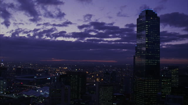 wide angle of melbourne skyline, including rialto towers. many skyscrapers, could be apartment buildings, office buildings, or banks. clouds move across sky. lights on in buildings. - 2007 bildbanksvideor och videomaterial från bakom kulisserna