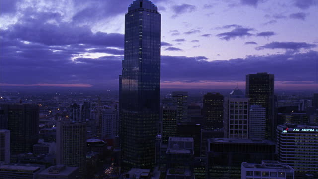 vidéos et rushes de wide angle of melbourne skyline, including rialto towers. many skyscrapers, could be apartment buildings, office buildings, or banks. clouds move across sky. - 2007