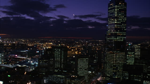 wide angle of melbourne skyline, including rialto towers. many skyscrapers, could be apartment buildings, office buildings, or banks. clouds move across sky. lights on in buildings. - 2007年点の映像素材/bロール