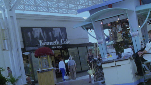 vidéos et rushes de wide angle of storefront of kenneth cole clothing store in the outdoor, upper class century city shopping center or shopping mall. - century city