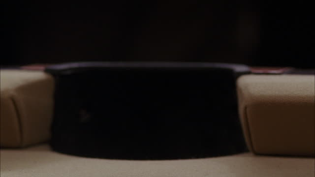 vídeos y material grabado en eventos de stock de close angle of a billiards ball going into a side pocket. ball is an orange solid; pool table felt is light brown. series of shots. could be pool hall or bar. - salón de billares