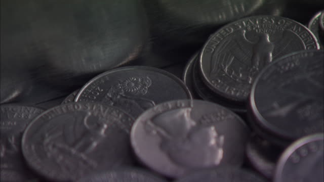 stockvideo's en b-roll-footage met close angle of a pile of quarters at the bottom of a slot machine in a casino.  coins. - quarter