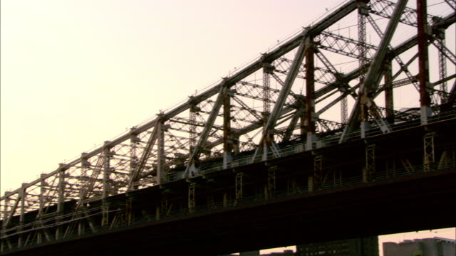 pan left to right across the entire length of the queensboro bridge from the new york side to the queens side. - 防水シート点の映像素材/bロール