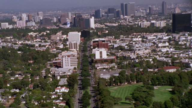 vídeos y material grabado en eventos de stock de aerial of west los angeles moving into westwood. high rises and office buildings visible. residential university neighborhood. apartment buildings and condominiums. cities. wilshire blvd. - westwood neighborhood los angeles