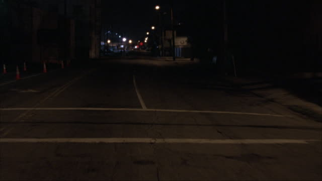 vídeos de stock, filmes e b-roll de rear process plate moving on bridge. passes yellow utility truck with lights flashing. wet pavement. see los angeles skyline in background. - placa de processo