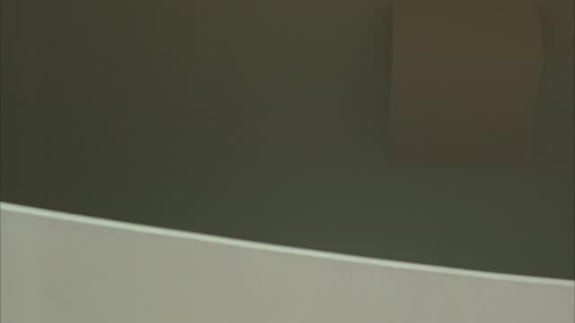 vídeos de stock, filmes e b-roll de medium angle of slanted white wall or ramp. could be hallway. - enviesado