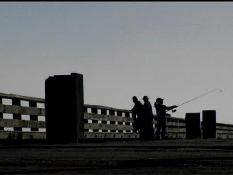 vidéos et rushes de pêche sur la jetée (dv - lancer la ligne de canne à pêche