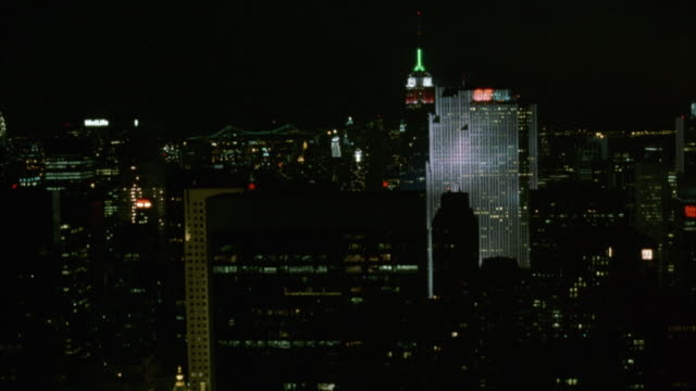 vídeos de stock, filmes e b-roll de aerial of skyscrapers in new york city skyline. see chrysler building and metlife building on left, empire state building in center, ge building on right, and world trade center twin towers in background. - 2001