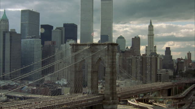 vídeos de stock e filmes b-roll de aerial of brooklyn bridge, with new york city skyline, financial district, world trade center twin towers in background. - world trade center manhattan