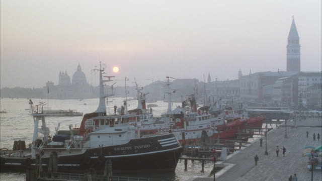 wide angle of grand canal of venice, italy. see fishing or other boats docked. - pier stock videos & royalty-free footage