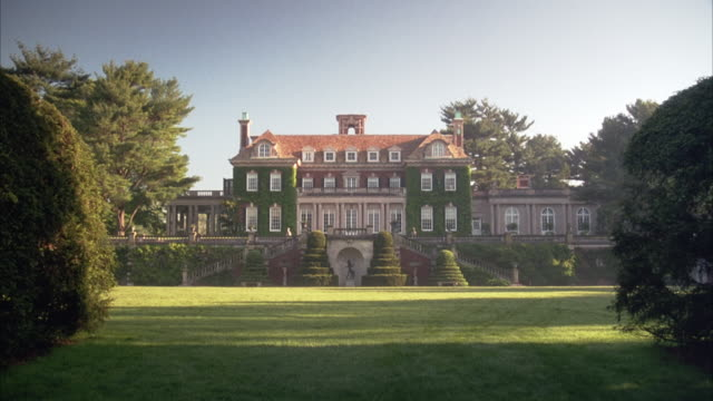 wide angle establish mansion at old westbury. georgian-style, multi-story house with twin staircases leading up on either side. see topiaries and statues in front of staircases. - stately home stock videos and b-roll footage