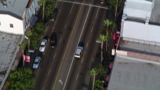vídeos de stock e filmes b-roll de aerial view of west los angeles. camera moves down hollywood blvd. roosevelt hotel, grumman's chinese theater, ripley's believe it or not. - bulevar
