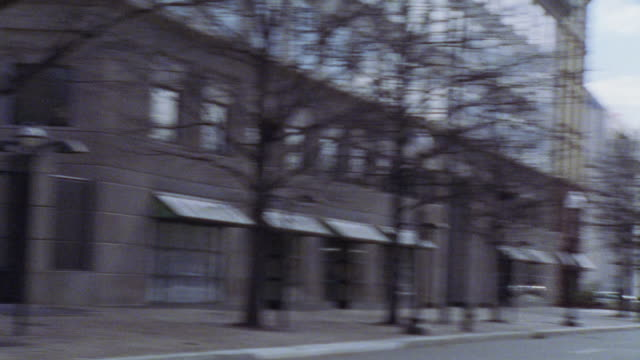 vídeos y material grabado en eventos de stock de pan r-l from capitol hill to buildings along street. domed government office building. - edificio del capitolio washington dc