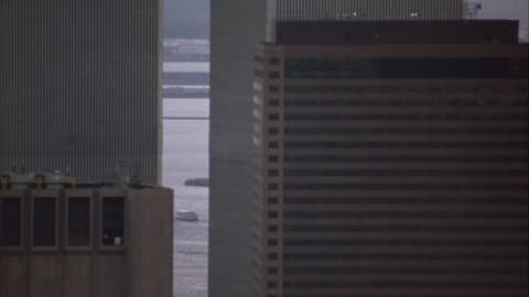 stockvideo's en b-roll-footage met aerial of skyscrapers in lower manhattan looking south with new york bay in background. see statue of liberty in between buildings. see world trade center twin towers. neg cut. - world trade center manhattan