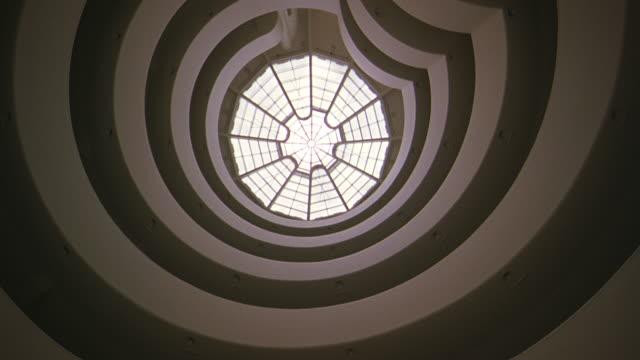 vídeos de stock e filmes b-roll de up angle of guggenheim museum ceiling, skylight, atrium. sunlight shining through skylight. - claraboia