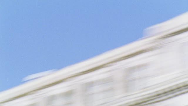 vídeos y material grabado en eventos de stock de hand held of capitol hill. see ongoing traffic in front of building. rapid pan l-r to dark building. domed government office building. - edificio del capitolio washington dc