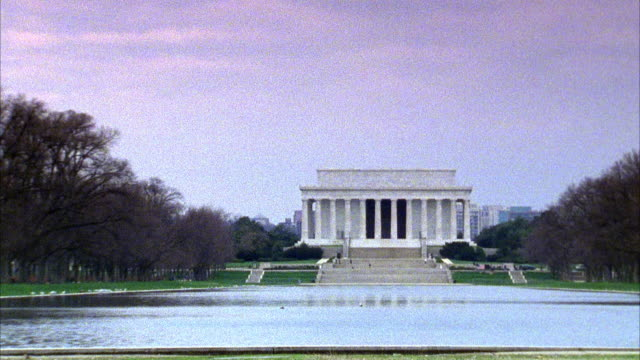 wide angle on front side of the lincoln memorial. reflecting pool in fg. landmarks. columns or pillars. neoclassical architecture. west potomac park. - リンカーン記念館点の映像素材/bロール