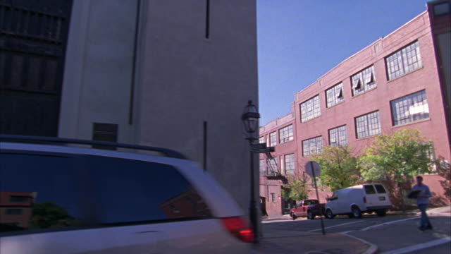vidéos et rushes de hand held driving pov straight left of a residential area of providence.  mostly historical late 1800s early 1900s clapboard houses.  could be a middle class or upper class neighborhood. the shot starts off with a church. - rhode island