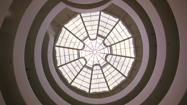 vidéos et rushes de up angle of guggenheim museum ceiling, skylight, atrium. sunlight shining through skylight. - cour intérieure