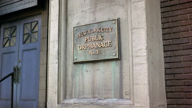 "vidéos et rushes de zoom in. see ""new york city public orphanage no. 3"" plaque mounted on side of stone portion of brick building. see blue doors to front. camera zooms in to see plaque. - orphelinat"