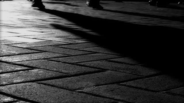 shadow füsse (hd - kopfsteinpflaster stock-videos und b-roll-filmmaterial