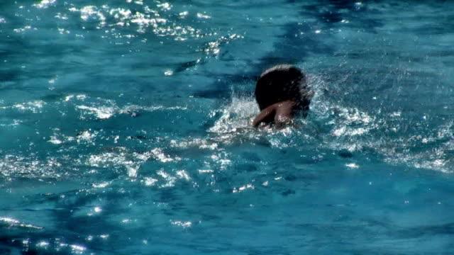 estate, nuoto (hd - piscina pubblica all'aperto video stock e b–roll