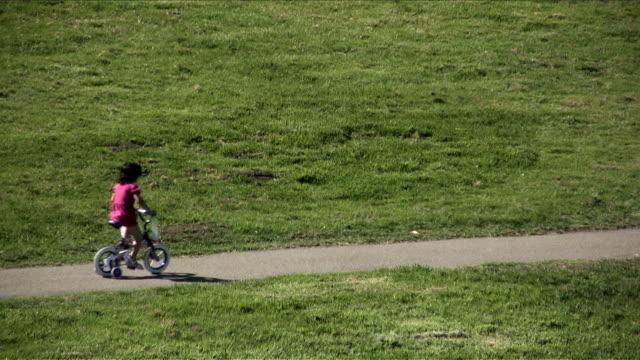 pink fahrrad baby (hd/dv - fahrzeug fahren stock-videos und b-roll-filmmaterial