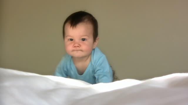 ベビークロール v.2 (hd - 男の赤ちゃん一人点の映像素材/bロール