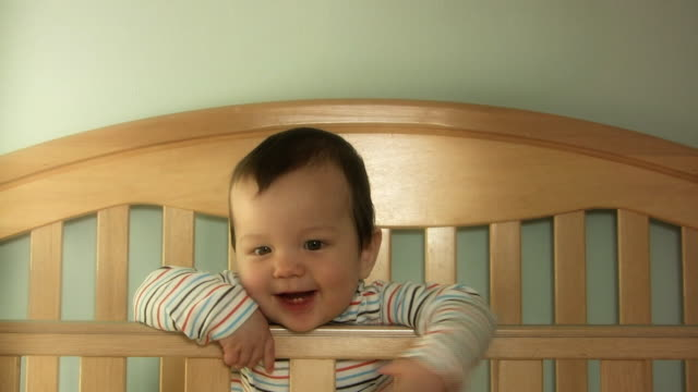 baby lächeln v.3 (hd - ein männliches baby allein stock-videos und b-roll-filmmaterial