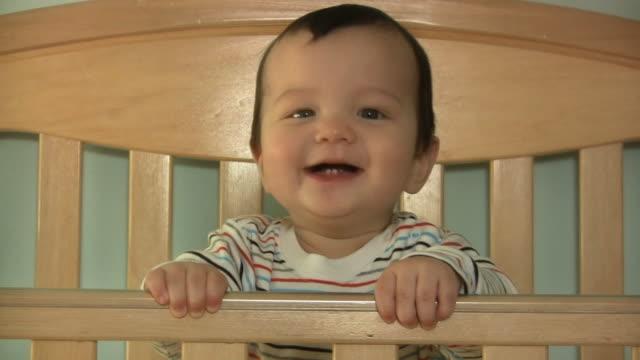 baby lächeln (hd - ein männliches baby allein stock-videos und b-roll-filmmaterial