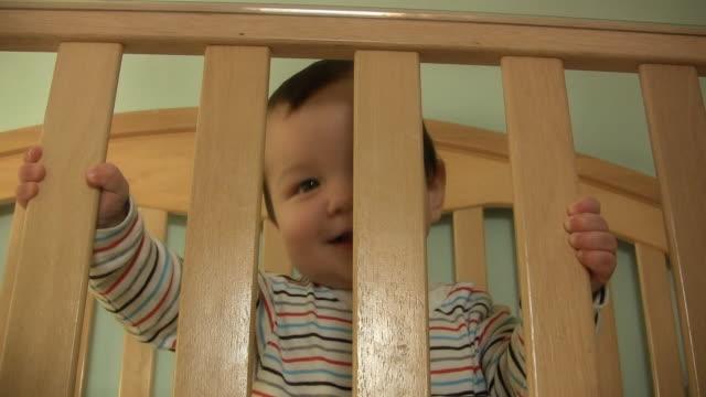 baby lächeln v.6 (hd - ein männliches baby allein stock-videos und b-roll-filmmaterial