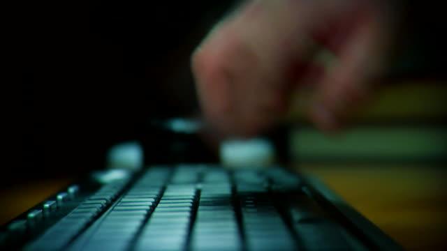 tanz hand auf der tastatur 1080 p - computertastatur stock-videos und b-roll-filmmaterial