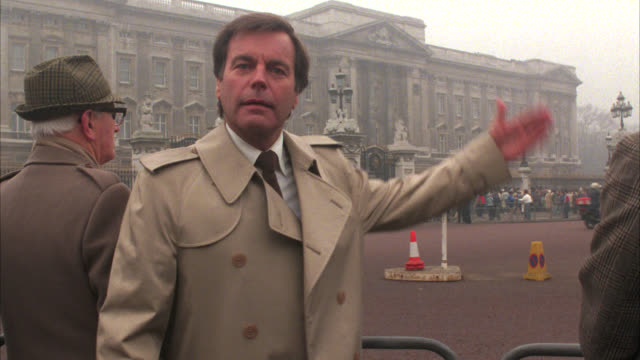 wide angle of buckingham palace. upper class. royalty. crowd of people or pedestrians on sidewalk. england. - 1985 stock-videos und b-roll-filmmaterial
