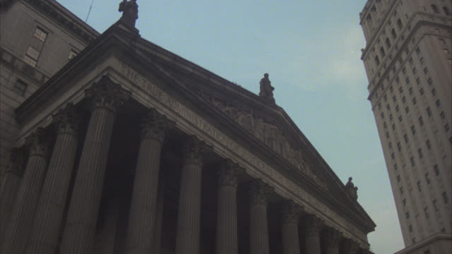UP ANGLE OF INSCRIPTION ABOVE COLUMNS AND ENTRANCE TO NEW YORK COUNTY SUPREME COURT BUILDING. GOVERNMENT BUILDING, JUSTICE BUILDING IN MANHATTAN.