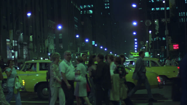 vidéos et rushes de pan up from pedestrians, people walking across city street and cars driving through intersection to world trade center twin towers. new york. nyc streets. street lights. skyscraper office buildings. crowds. - new york city