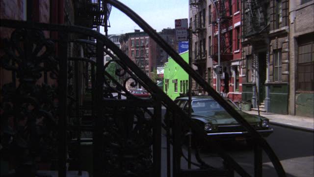 vídeos y material grabado en eventos de stock de zoom in on window of multi-story brick apartment building with fire escapes. could be lower to middle class. urban area. city streets in fg. - salida de incendios