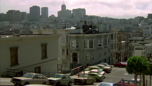 zoom in across residential area in san francisco to high rise office building. could be hospital. san francisco city skyline. - 1985 stock-videos und b-roll-filmmaterial
