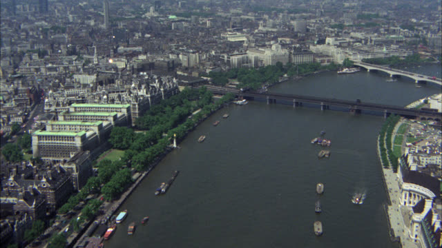 vidéos et rushes de aerial of city of london. bridges over the thames. high rise office or apartment buidlings, parliament, big ben, parks, churches and river. city streets with cars and double decker buses. westminster palace. government buildings. - big ben