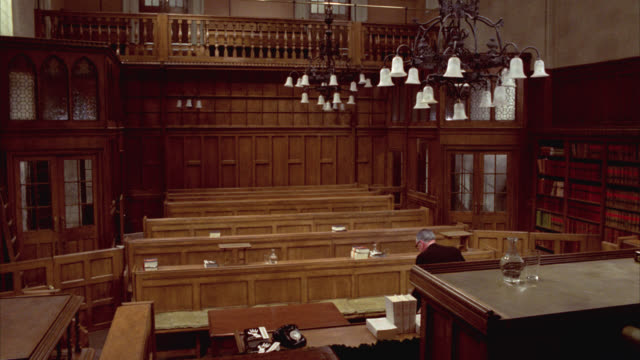 vídeos de stock e filmes b-roll de wide angle of british courtroom. wooden panels on walls. - sala de tribunal
