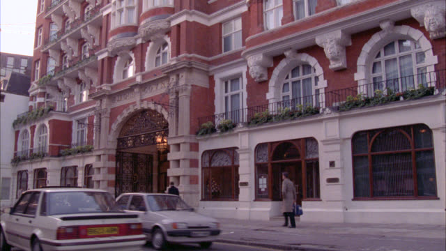"""wide angle of upper class """"st. james"""" hotel or apartment building in england. car and foot traffic. balconies. - stereotypically upper class stock videos & royalty-free footage"""