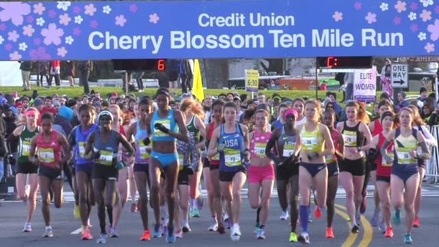 WOMEN ELITE RUNNERS HEAD OUT FROM START AFTER HORN SOUNDS