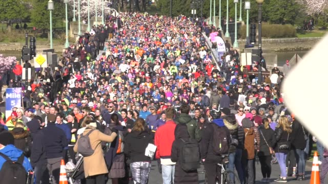 THOUSANDS OF RUNNERS ON THE COURSE OUT AND BACK