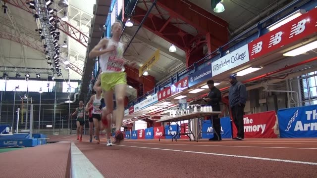 vídeos de stock, filmes e b-roll de elite runners race a 262 mile marathon on and indoor 200 meter track 209 laps - salmini