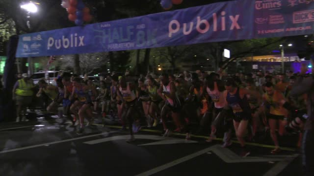 vídeos de stock, filmes e b-roll de thousands leave starting line before dawn and head to course - salmini