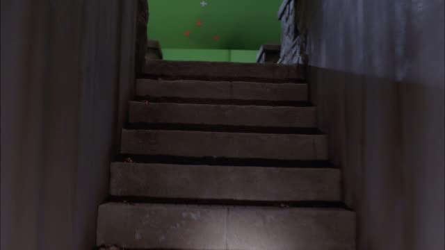 vidéos et rushes de wide angle moving pov of walking with flashlight up stone stairs and across bridge with battlement or crenellation. green screen. - lampe de poche