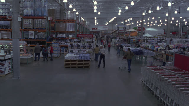 vídeos y material grabado en eventos de stock de wide angle of large hardware or home improvement store. could be lowes or home depot. shopping carts. people in cowboys hats. could be costco or sam's club. warehouse store. shoppers. - ferreteria