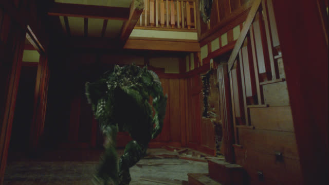 vidéos et rushes de medium angle of house, hole in ceiling. one lizard-like alien climbs up hole, second lizard runs across room, jumps up to hole. robot chasing aliens, blasts off with rocket-powered feet, flied up through hole. - reptile