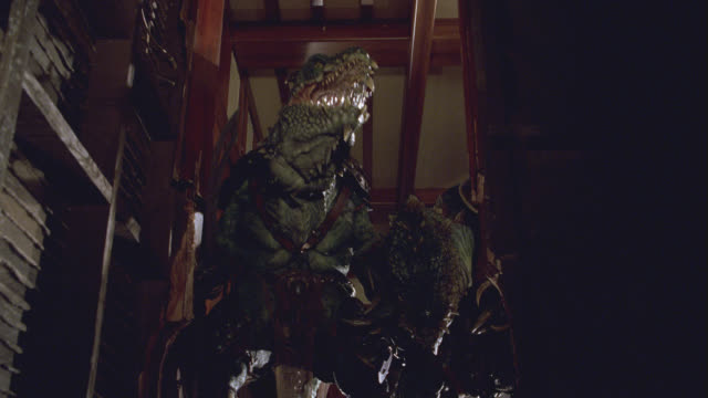 vídeos de stock, filmes e b-roll de medium angle of home stairwell.  lizard-like monsters or aliens stand at top of stairs, brandishing swords. sci-fi. - reptile