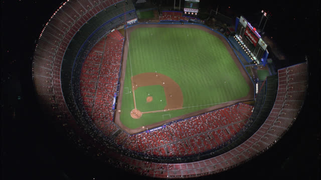 vídeos de stock, filmes e b-roll de aerial birdseye pov of baseball game at shea stadium with crowd of spectators in stands. baseball field. sports. queens, flushing meadows-corona park. - flushing meadows corona park